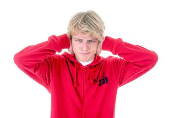 Teenager hält sich die Ohren zu