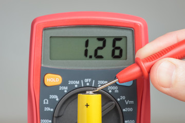 Measuring battery voltage with multimeter