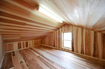 ウッディな屋根裏部屋横位置−3