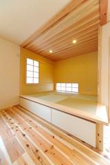 ウッディな新築の和室縦位置−1