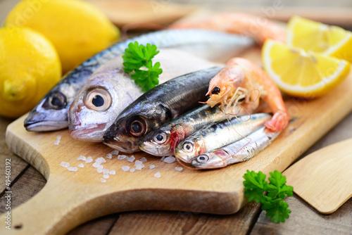 Fische auf dem Holzbrett