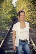 Schöne Frau steht auf einem verlassenem Bahngleis