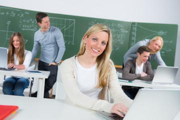 blonde studentin im seminar