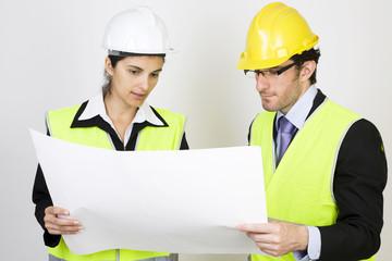 Zwei Architekten schauen sich Plan an