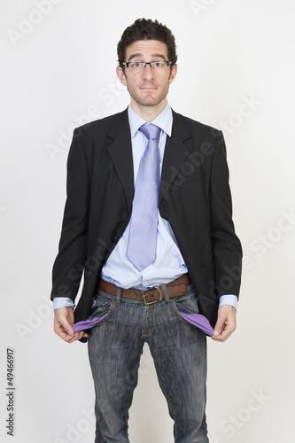 Geschäftsmann zeigt seine leeren Hosentaschen