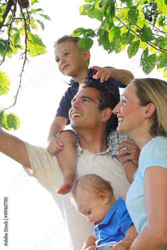 Junge Familie unter einem Baum