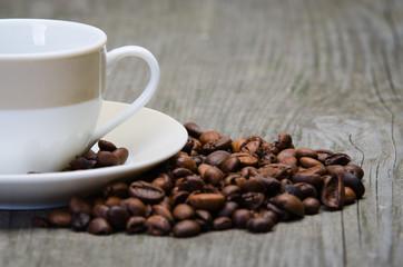 kaffeebohnen und tasse