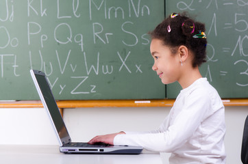 grundschülerin lernt am computer