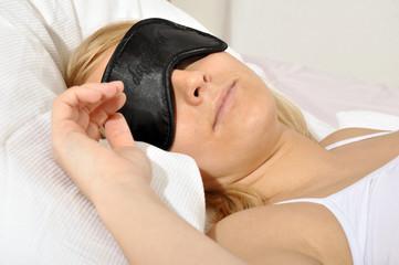 Junge Frau beim Mittagsschlaf mit Schlafbrille