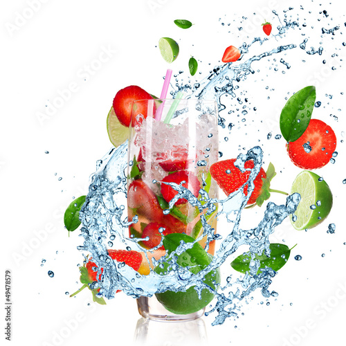 Aluminium Opspattend water Fruit Cocktail with splashing liquid isolated on white
