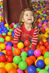 Jugando entre bolas de colores.
