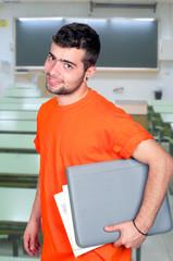 Jeune étudiant avec un dossier sous le bras.