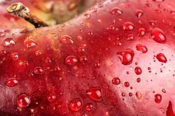 Pommes avec des gouttes d'eau.