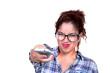 Jeune femme avec une télécommande.