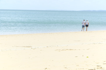 ビーチを散歩するカップル