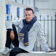 Hiver : Homme 40s souriant et détendu