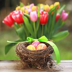 Osternest mit Tulpen