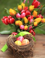 Osternest mit Tulpenstrauß Hochformat