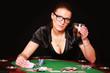 junge Frau am Pokertisch trinkt Wiskey