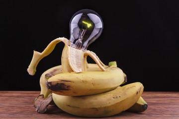 plátanos rodeando una bombilla encendida