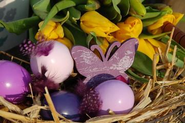 gelbe Tulpen und Ostereier