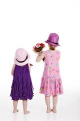 Mädchen mit Blumenstrauß drehen Rücken zu