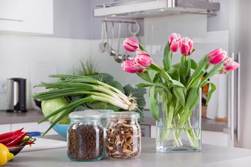 Gesundes aus der Küche - Küche mit Tulpenstrauß
