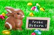 Frohe Ostern! Schoko-Osterhase hat Eier versteckt.