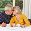 Zwei Senioren küssen sich
