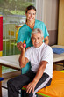 Senior hebt Hantel bei Krankengymnastik
