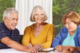 Senioren spielen Domino im Pflegeheim