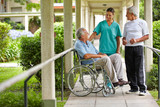 Zwei Senioren reden mit Krankenschwester