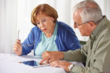 Zwei Senioren testen Tablet Computer