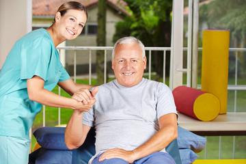 Mann bei der Physiotherapie