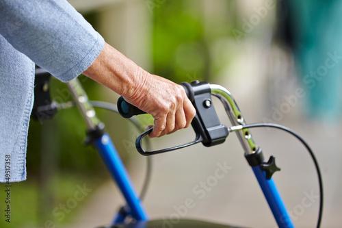 Poster Hände eines Senioren am Rollator