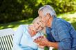 Verliebte Senioren im Garten