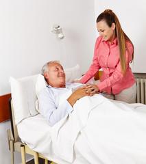 Tochter besucht Vater im Krankenhaus