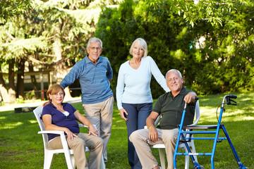 Vier Senioren sitzen im Garten