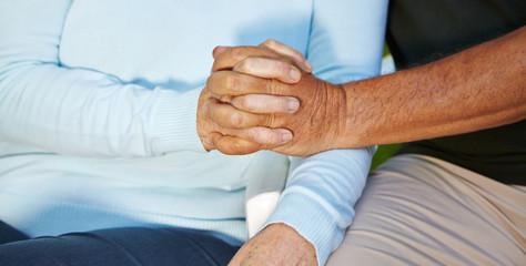 Verliebte Senioren halten Hände