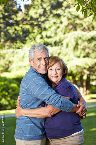 Verliebte Senioren umarmen sich im Park