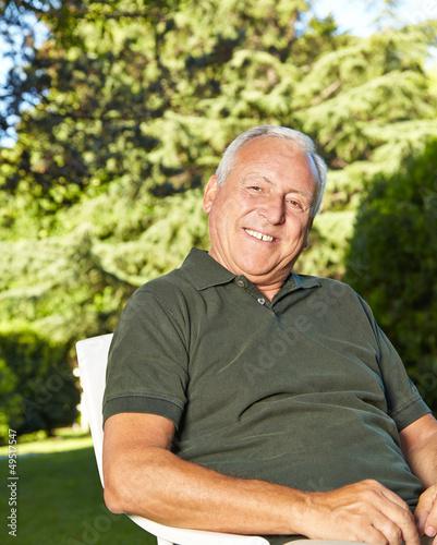 Lachender alter Mann im Garten