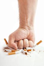 Łamanie papierosów człowieka pięść na białym tle