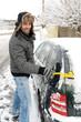 Mann kehrt Schnee vom Auto