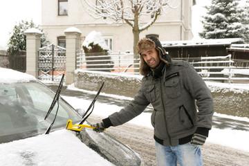 Auto von Schnee und Eis befreien