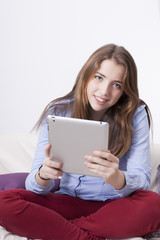 chica guapa joven adolescente con una tableta
