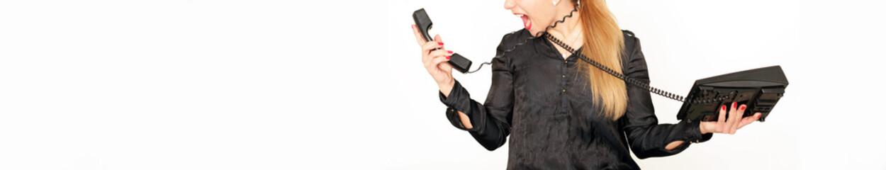 junge Frau schreit ins Telefon