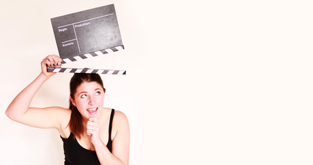 junges Mädchen mit Filmklappe
