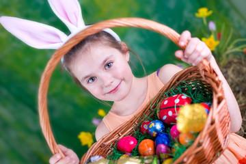 Mädchen mit Osterkörbchen und Hasenohren