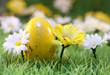 oeuf jaune de pâques décoration au jardin