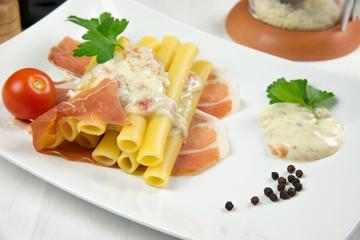 """""""Candele"""" con crema di gorgonzola e mascarpone e prosciutto"""